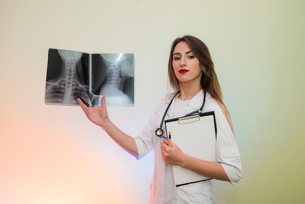 Médico analisando o raio-x do paciente