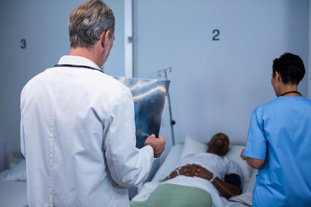 Médico analisando raios-x na enfermaria