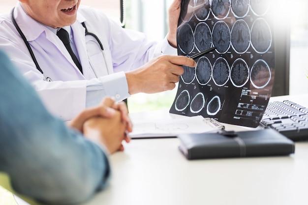 Médico, analisando, um, varredura, ou, raio x, película, explique, um, varredura ct, conversa, paciente, tratamento, cérebro