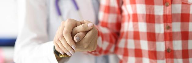 Médico apoiando o paciente com a mão e ajudando-o a ir à clínica