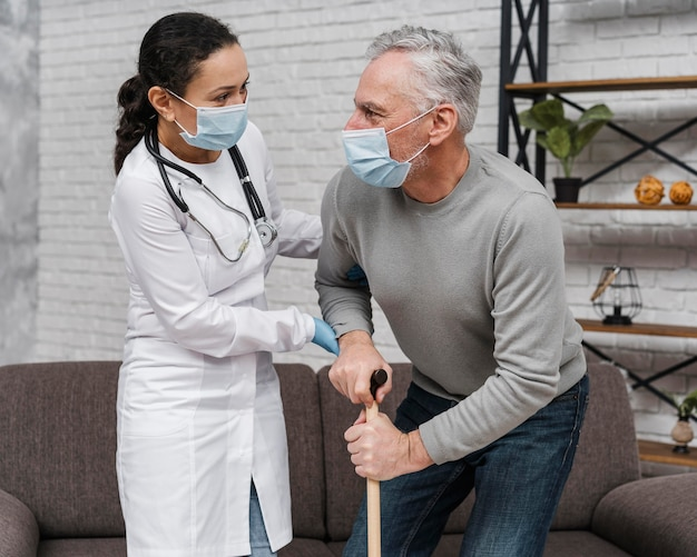 Médico apoiando seu paciente