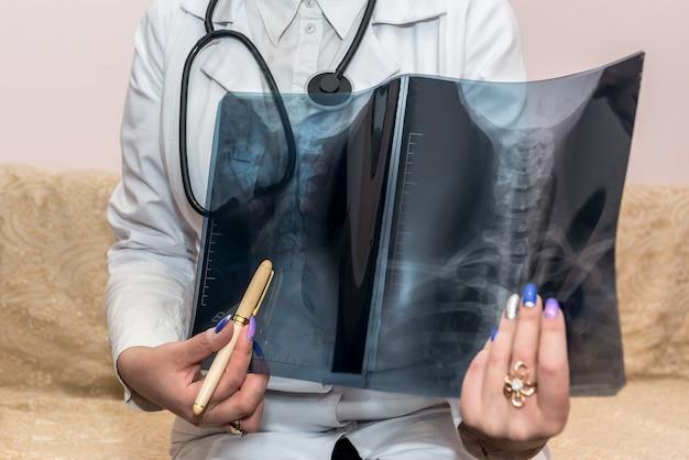 Médico apontando de perto no raio-x do paciente