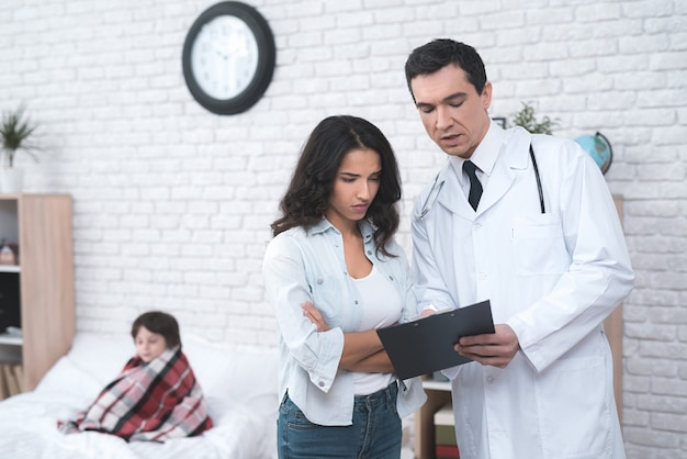 Médico árabe consultoria um pai doente doente.