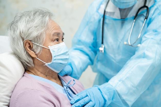 Médico asiático usando protetor facial e traje de proteção individual para proteger o covid-19 coronavirus