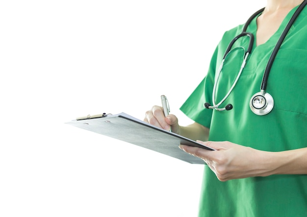 Médico assistente, escrevendo na área de transferência no hospital.