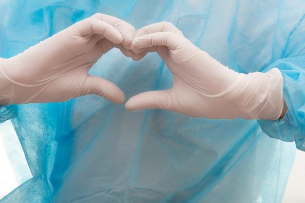 Médico assistente mostra um gesto de coração.