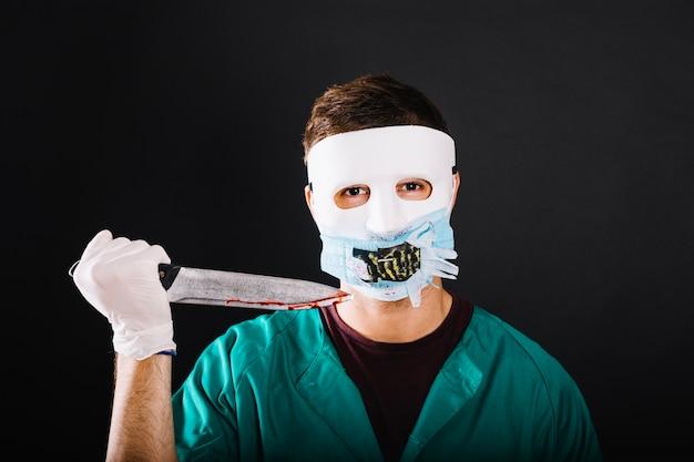 Médico assustador com faca