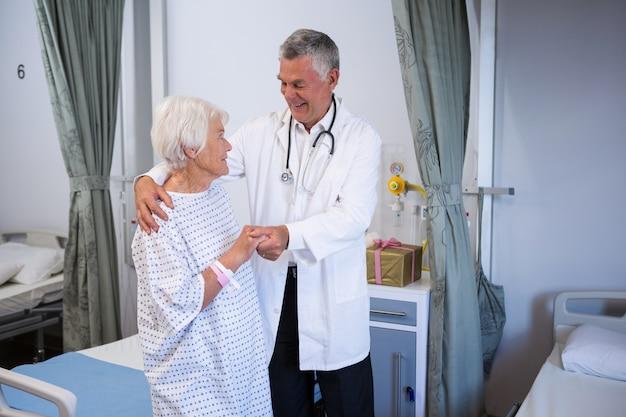 Médico atendendo paciente idoso na enfermaria