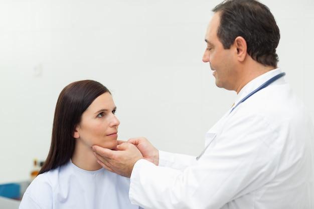 Médico, auscultating, a, pescoço, de, um, paciente