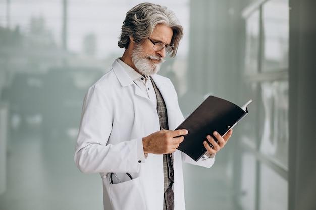 Médico bonito de meia-idade em um hospital