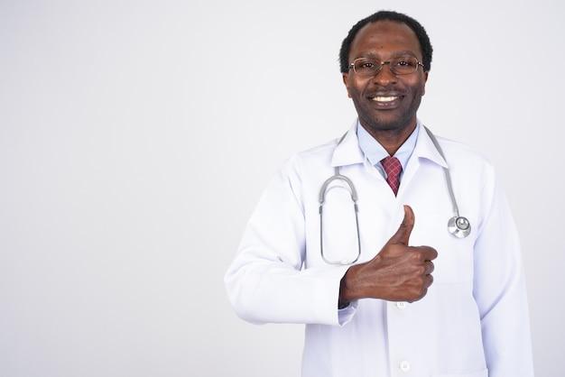 Médico bonito homem africano