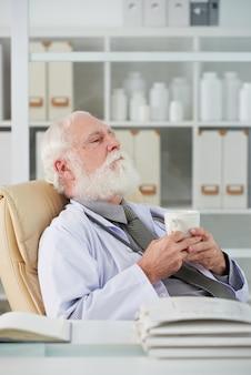 Médico cansado descansando