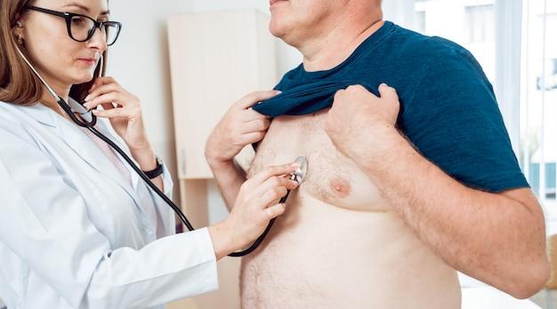 Médico cardiologista com paciente no hospital
