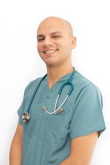 Médico careca com esfrega médica