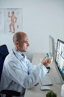 Médico-chefe do hospital em conferência online com seus colegas e discutindo uma nova vacina contra o coronavírus
