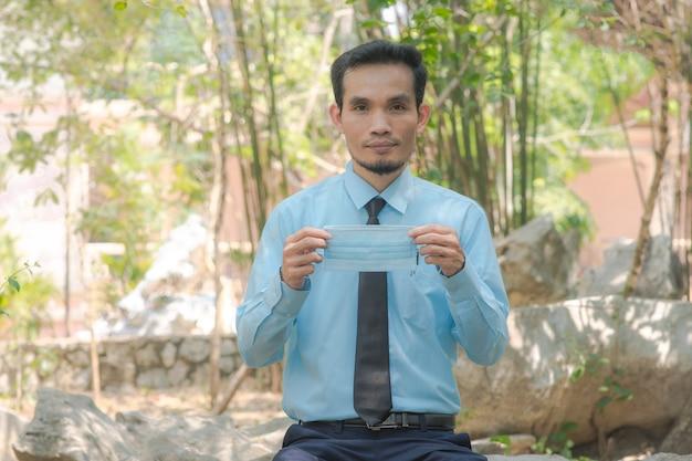 Médico chinês está ensinando como usar a página de saneamento no parque da cidade e ensina via internet, treinamento do blogger ao vivo