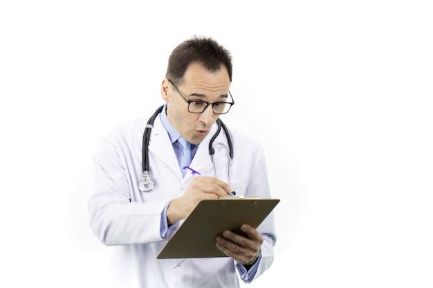 Médico chocado verifica o prontuário do paciente na área de transferência