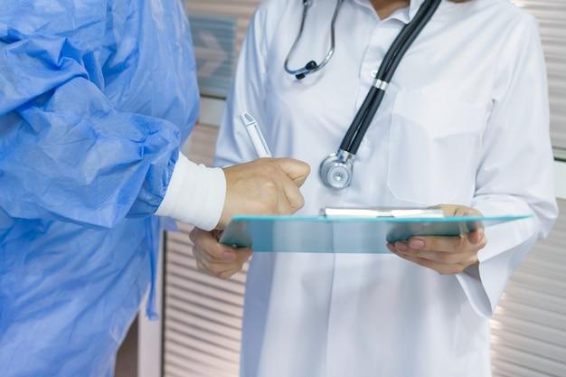 Médico cirurgião escreve documento médico na área de transferência