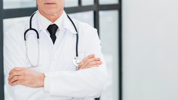 Médico close-up com estetoscópio