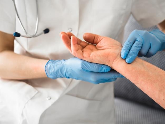 Médico close-up, verificação de pulso