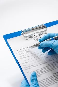 Médico close-up, verificando o formulário de exame médico