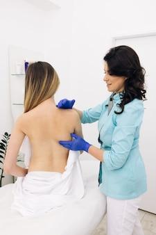 Médico coleta um histórico médico completo de problemas nas costas e realiza um exame físico detalhado