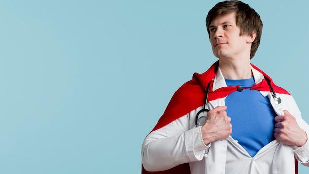 Médico com capa e fundo azul