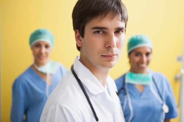 Médico com duas enfermeiras sorridentes