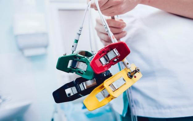 Médico com equipamento de eletrocardiograma fazendo teste de eletrocardiograma