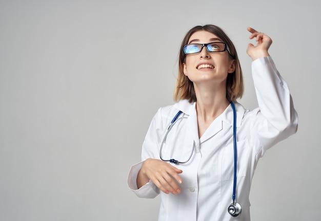 Médico com estetoscópio estúdio hospital
