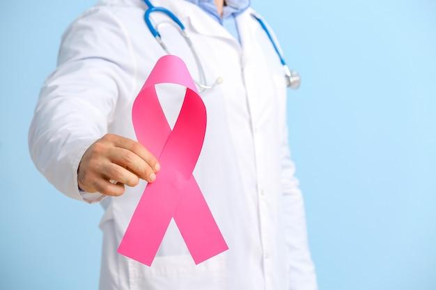 Médico com fita rosa, closeup. conceito de conscientização do câncer de mama