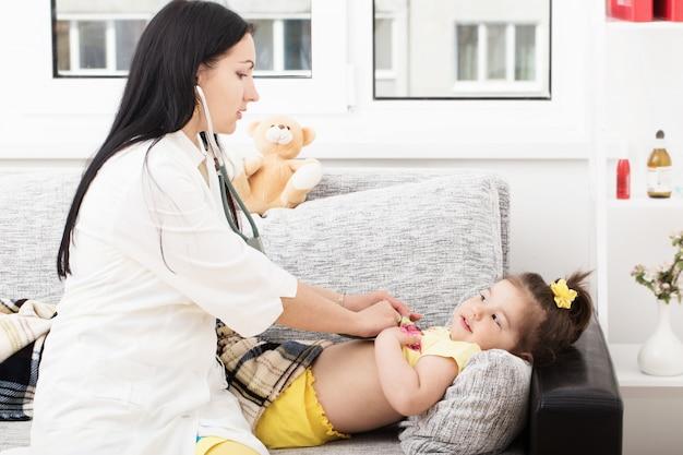 Médico com garota em casa