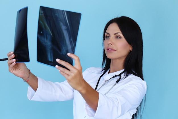 Médico com manto branco e estetoscópio