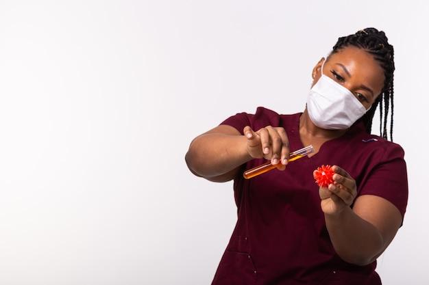 Médico com máscara de proteção médica segura modelo de coronavírus