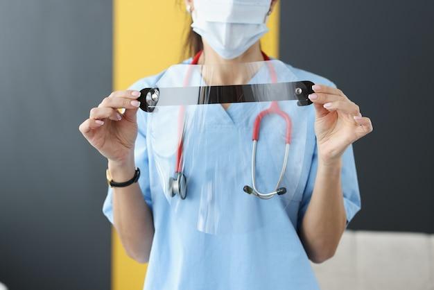 Médico com máscara protetora médica nas mãos