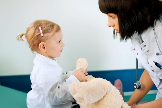 Médico com menina