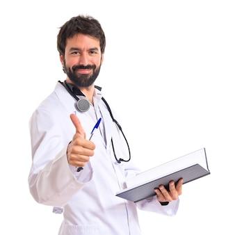 Médico com o polegar acima do fundo branco