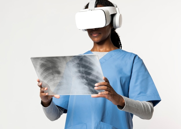 Médico com óculos de realidade virtual com uniforme médico lendo filme de raio-x