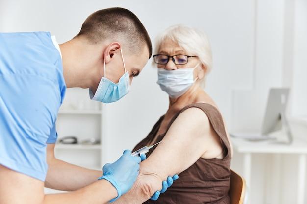 Médico com passaporte de vacina de seringa para tratamento de paciente