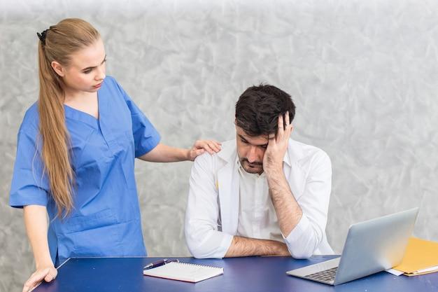 Médico com problemas de saúde mental por transtornos psicossomáticos estresse e depressão por sobrecarga de trabalho e enfermeira reconfortante.