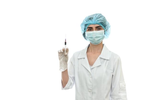 Médico com seringa isolada na parede branca