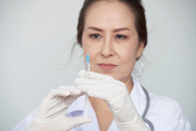 Médico com seringa