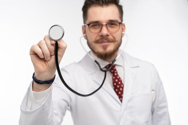 Médico com um estetoscópio na mão, conceito de assistência médica