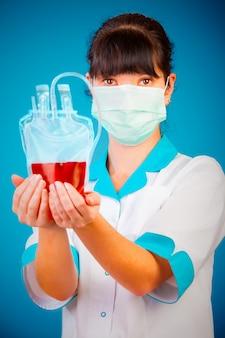Médico com um pacote de sangue do doador