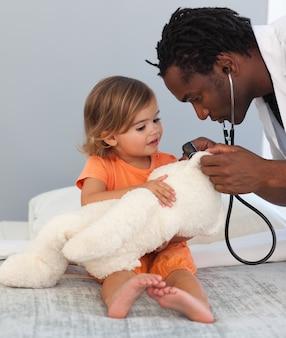 Médico com uma criança fofa em um hospital