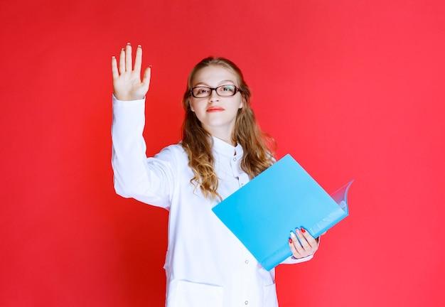 Médico com uma pasta azul cumprimentando seu paciente.