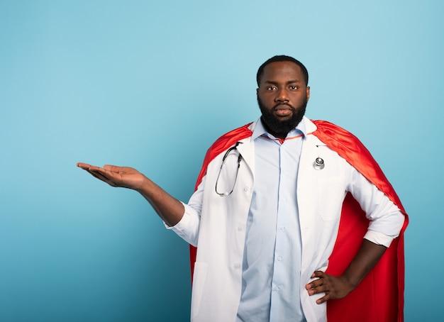 Médico como um super-herói segura algo