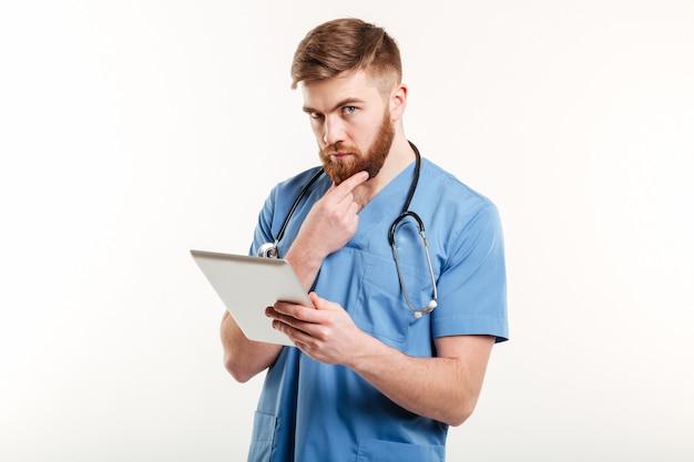 Médico concentrado ou enfermeira pensando