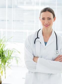 Médico confiante com braços cruzados