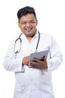 Médico confiante segurando o tablet digital